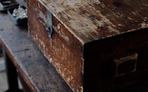日本の古い蓋付きの木箱