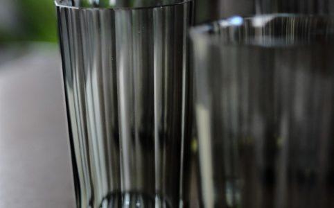 スモーキーな面取りグラス