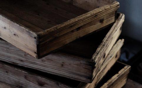 使い込まれた木製の番重(ばんじゅう)