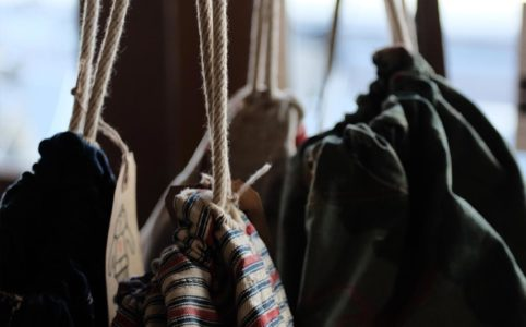 ヴィンテージのコットン地を使った巾着バッグ