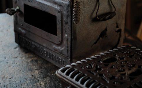 錆びた鉄の入れ物と天火(てんぴ)
