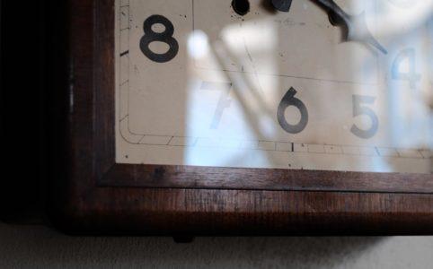 メーカー不明の四角い掛け時計