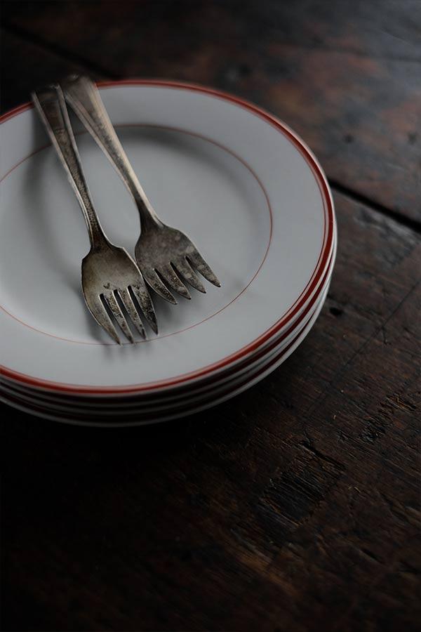赤いラインの入ったデザート皿