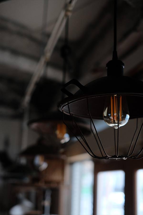 古い電気ストーブの笠を使ったペンダントライト