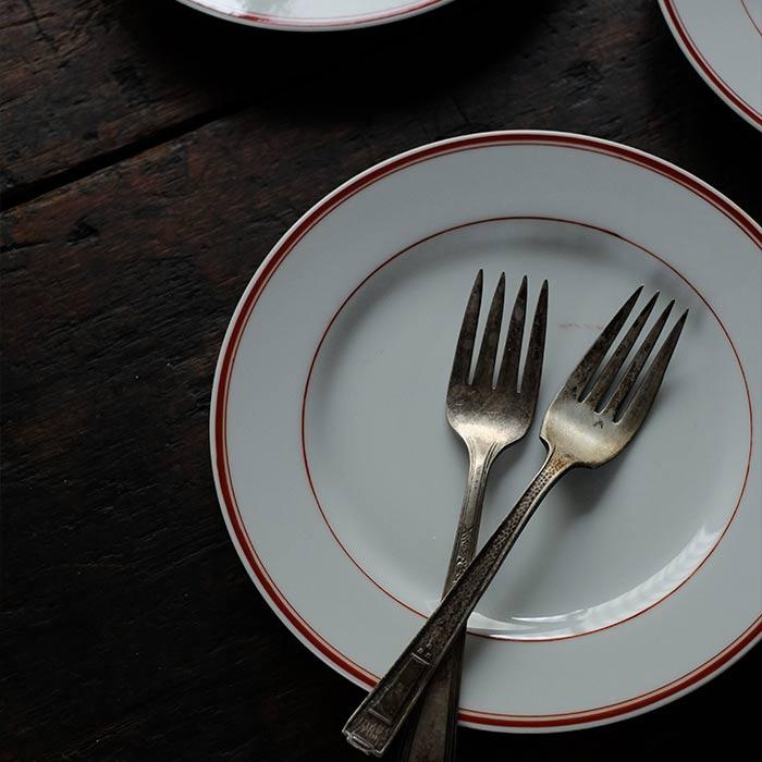 赤いラインの入ったデザート皿 φ18cm
