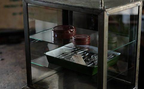 ガラス棚付きメタル製の古い消毒ケース