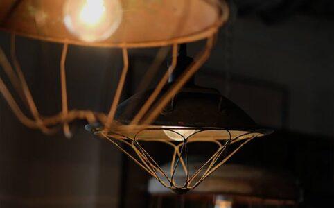 電気ストーブの傘とチキンフィーダーを使ったペンダントライト