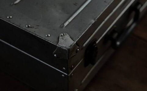 無骨なアルミ製トランク