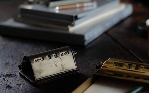 卓上万年カレンダーとホルダー付きクリップボード
