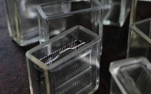 四角いガラスの実験瓶