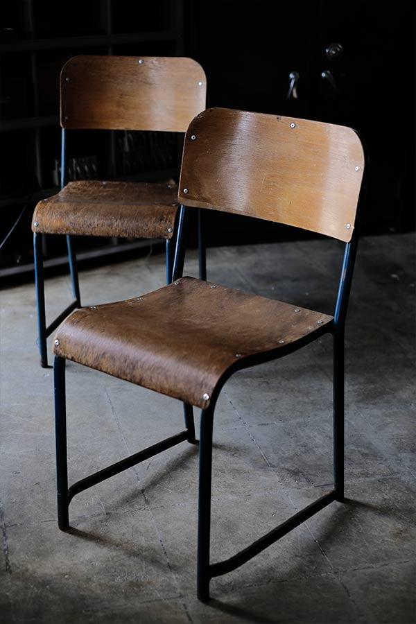 フランスの青い鉄脚の椅子