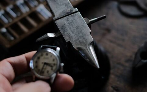 アンビルと腕時計のパーツ瓶